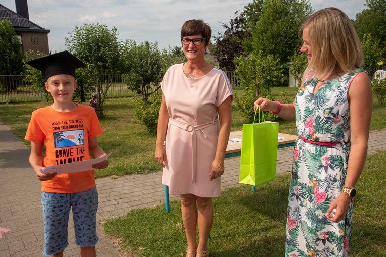 Leerlingen van De Zonnebloem worden per drive-in op school ontvangen voor hun diploma.