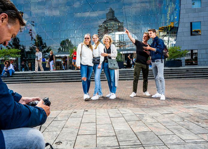 Links vader Ben, Eva, Ruth, moeder Astrid, Bas en Hans Suurmeijer uit Assen. Zij zijn vandaag een dagje toerist in Rotterdam.