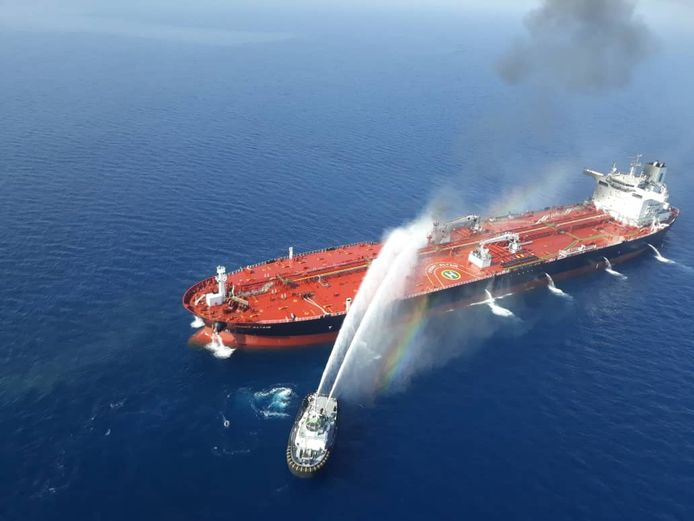 Bluswerkzaamheden na explosies vorige week op de Noorse olietanker Front Altair in de Golf van Oman.
