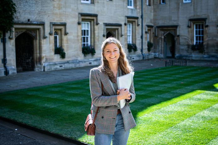 """La princesse Elisabeth pose devant le Front Quad du Lincoln College de l'Université d'Oxford, où elle suivra un programme de trois ans en """"histoire et politique""""."""