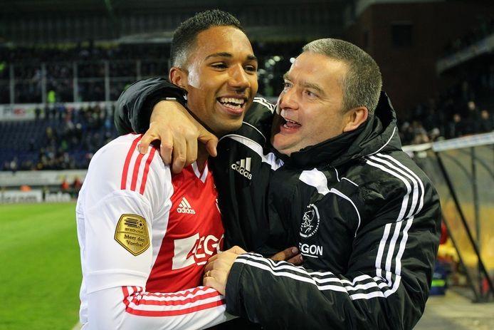 Danny Hoesen met Ajax-begeleider Herman Pinkster (r).