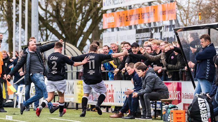 Mitchel Reesink, de nummer 11 van Sportclub Neede, besliste met een prachtig schot uit de draai de derby tegen FC Eibergen.