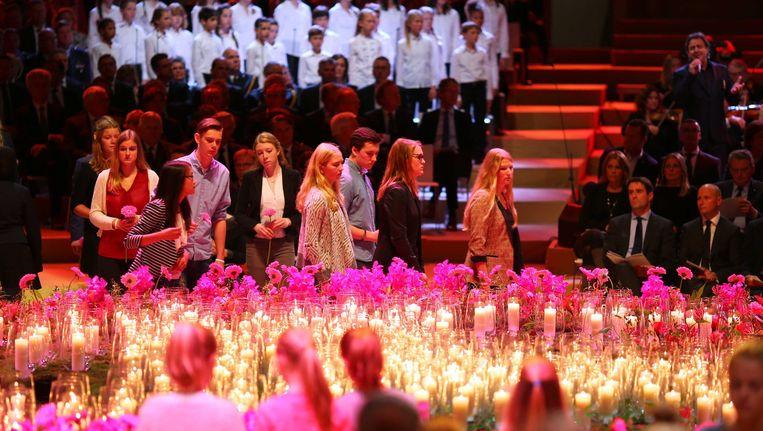 Nabestaanden van de 298 slachtoffers van de vliegramp met vlucht MH17 vanmiddag in het Rai-gebouw tijdens de nationale herdenking. Beeld epa