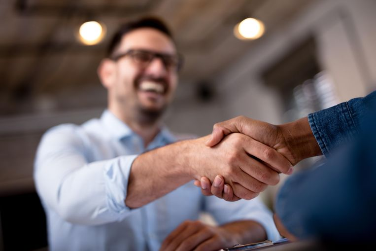 Steeds meer Belgen geven weer een hand of zoen.  Beeld Shutterstock / Gutesa
