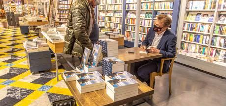 Pieter Omtzigt (CDA) signeert zijn boeken in Zwolse Waanders in de Broeren: 'Goed om in gesprek te blijven'