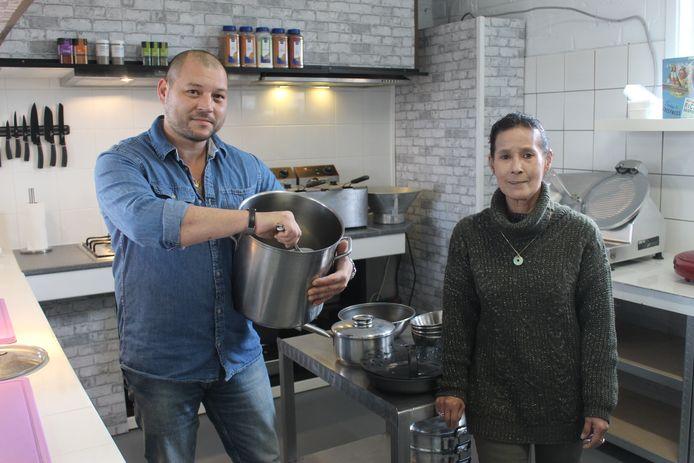 Thierry Brusseel en mama Marie samen in de keuken.