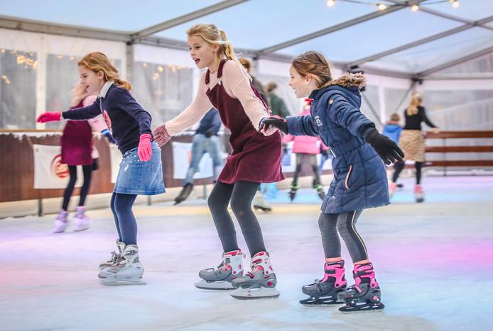Lisa (9), Marise (10) en Fleur (8) op de drijvende ijsbaan op De Vliet in Oud-Beijerland.