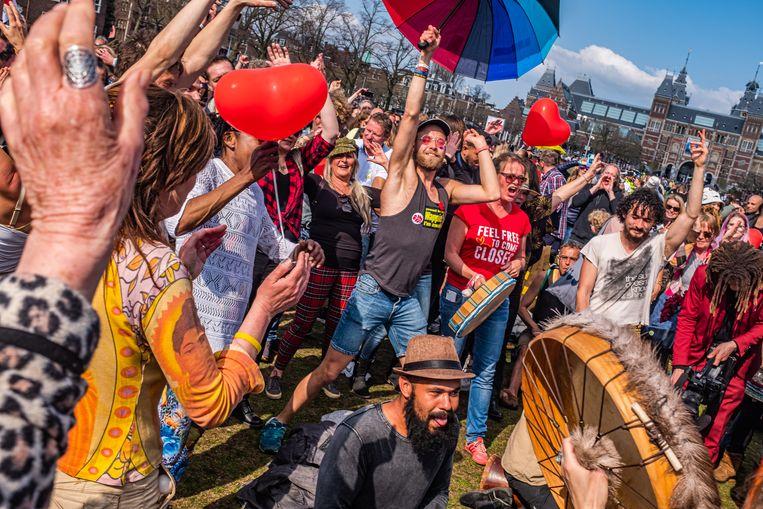 Dansen, knuffelen, luisteren naar de politie en gehoorzaam vertrekken. Het koffiedrinkersprotest op het Museumplein op zondag verliep vreedzaam. Beeld Joris van Gennip