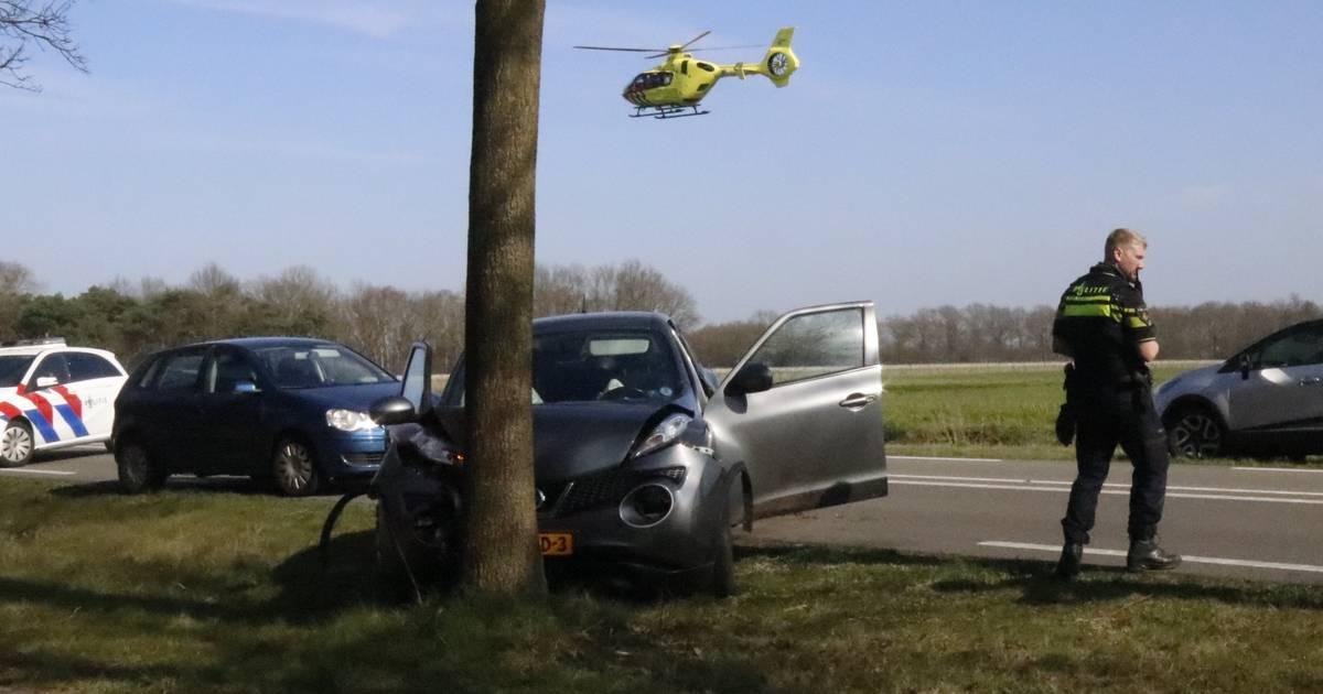 Automobilist gewond door botsing tegen boom in Oploo.