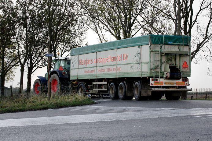 Een tractor met een oplegger draait vanaf de Lange Eendrachtsweg Zwartsluisje op.