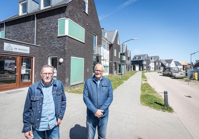 De initiatiefnemers van het plan voor een woongemeenschap voor ouderen, bij de schoolwoningen.