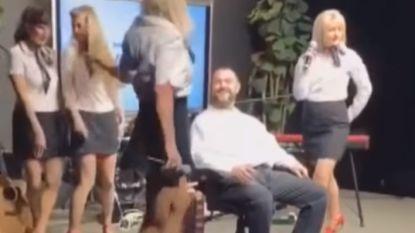 """""""Te seksistisch"""": stewardessen onder vuur omdat ze in uniform burlesk optreden geven"""
