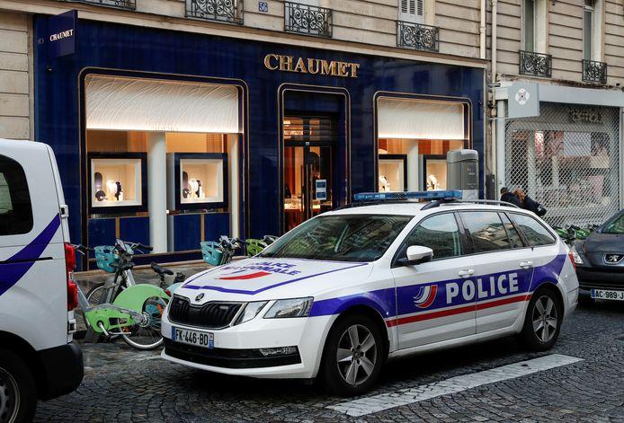 Un véhicule de police se tient devant la bijouterie Chaumet qui a été la cible d'un braquage à Paris, France, le 27 juillet 2021.