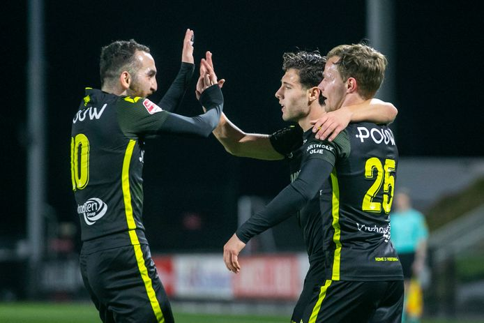 Erkan Eyibil (l) en Boyd Lucassen (25) feliciteren Giannis Botos met zijn eerste doelpunt voor GA Eagles.