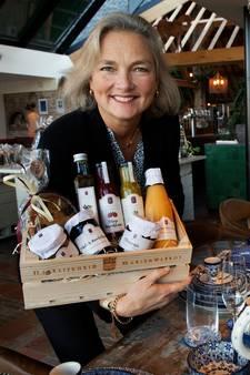 Nathalie verkoopt alles voor het kerstdiner in de mega-kerstlandgoedwinkel