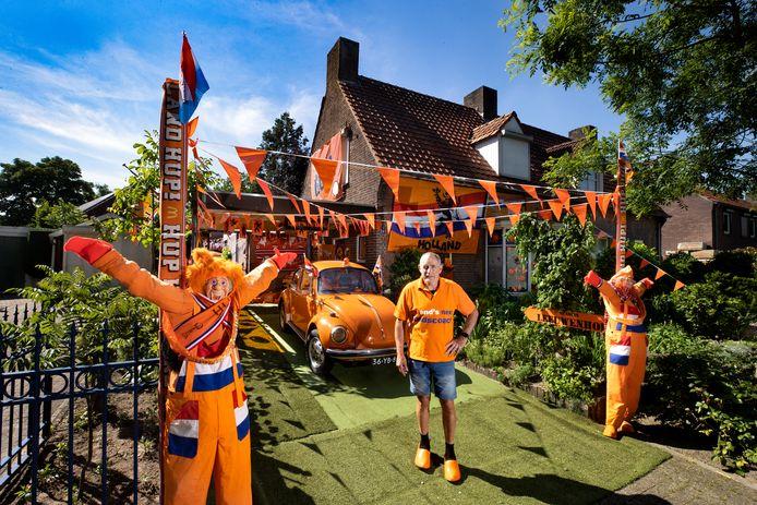Rien Vriens uit Bakel bij zijn oranje huis.