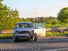 Auto belandt in vangrail na botsing bij Renkum