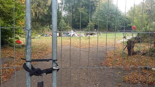 Het terrein in de Nijmeegse wijk Brakkenstein waar de stadsnomaden in woonwagens woonden, is met een hekwerk afgesloten.