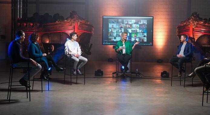 Dagvoorzitter Suzan Vink tussen de sprekers in de livestream van Techniektalenten.nl