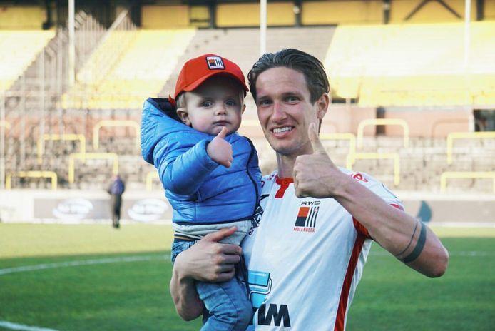 Glenn Claes met zoontje Lewis na afloop van Lierse-RWDM. Voor het eerst sinds zijn levertransplantatie woonde Lewis een voetbalmatch van zijn papa bij.