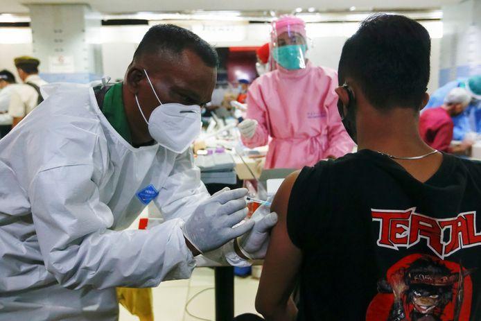 Een man krijgt het Sinovac-vaccin toegediend in Jakarta in Indonesië.
