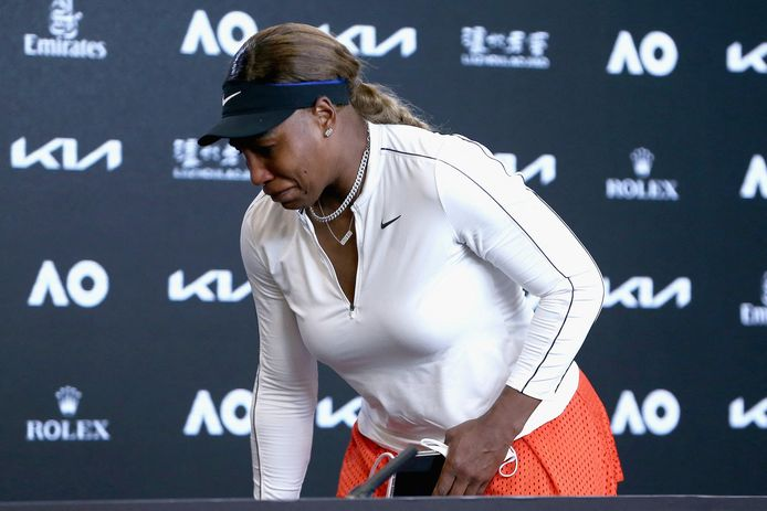 Serena Williams verlaat de persconferentie in tranen.