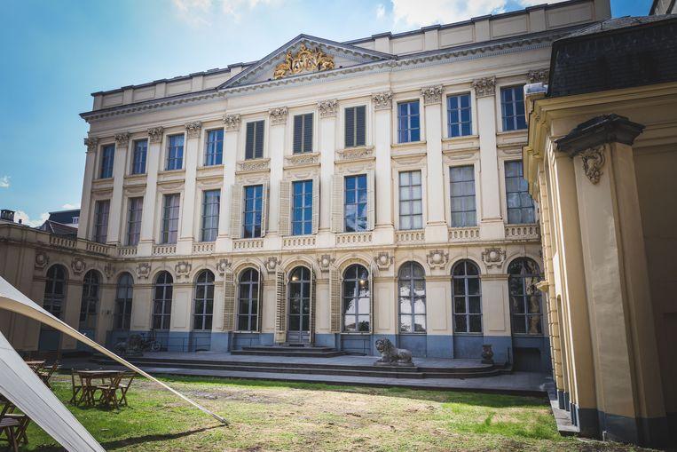 De Classicistische achtergevel en tuin van Hotel D'Hane Steenhuyse