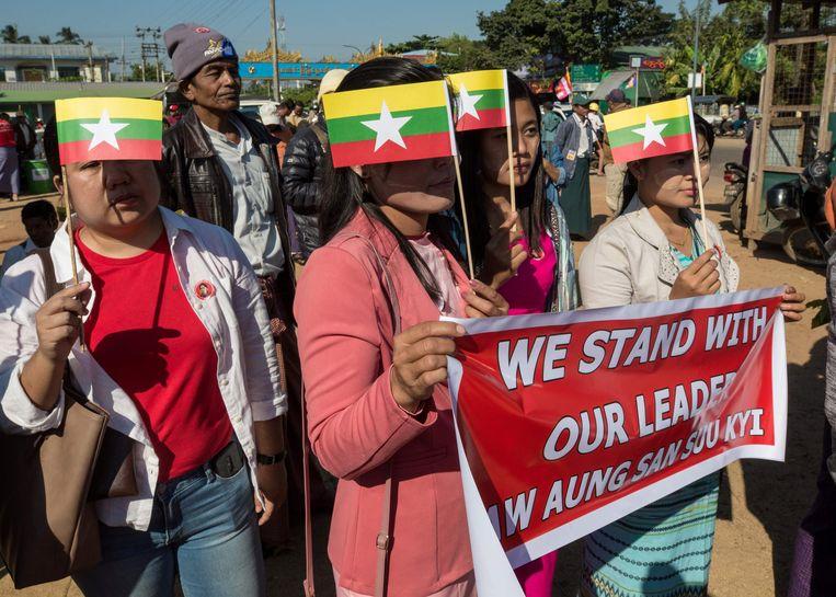 Aanhangers van Aung San Suu Kyi betuigen steun aan de regeringsleider. Beeld AFP