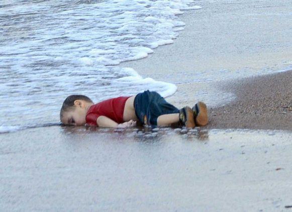 2 september 2015. Het lichaam van het verdronken vluchtelingenjongentje Alan Kurdi op het strand van de Turkse kustplaats Bodrum. De driejarige peuter is omgekomen tijden een mislukte overtocht naar het Griekse eiland Kos.