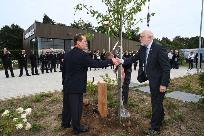 Een nieuwe boom voor de nieuwe kazerne.