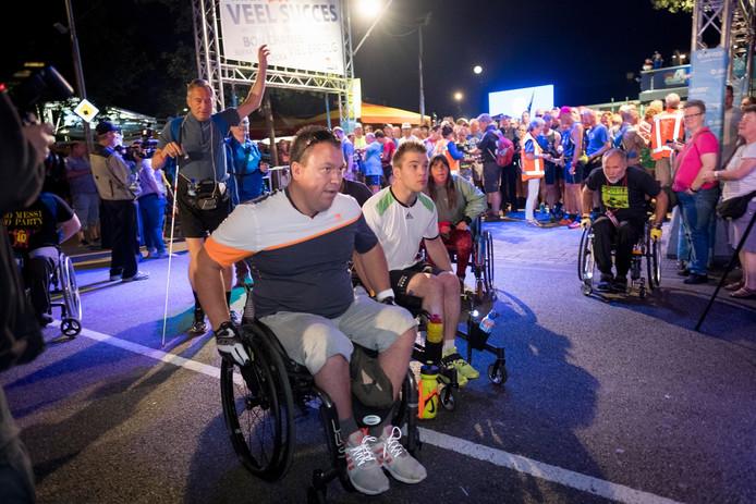 De eerste meters zitten er op voor deze deelnemers aan de 100ste Vierdaagse.