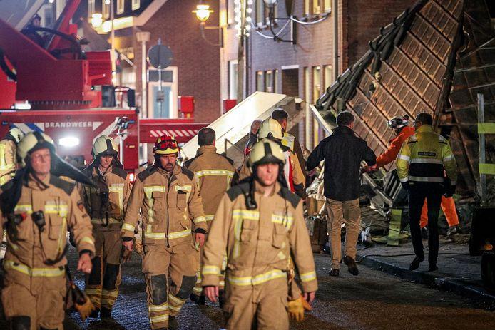 Brandweerlieden tijdens de reddingsoperatie.