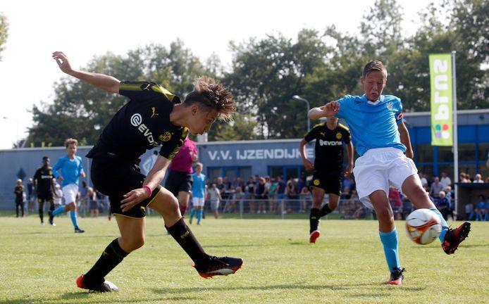 Wout den Engelsman (rechts) bijna vier jaar geleden in duel met een aanvaller van Borussia Dortmund, tijdens het jeugdtoernooi in IJzendijke.
