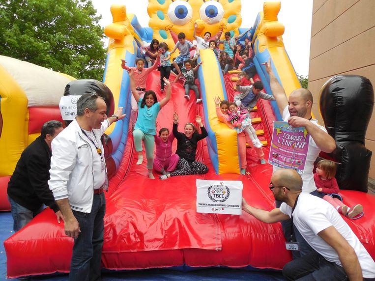 Dolle pret voor de kinderen op het springkasteel.