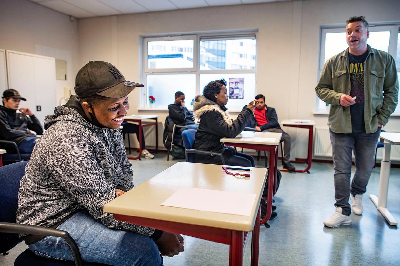 Leerlingen van het Zadkine college krijgen uitleg over de persconferentie. Beeld Guus Dubbelman / de Volkskrant