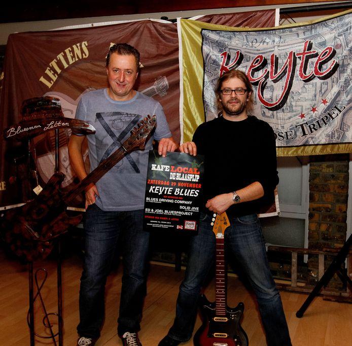 Patrick Letten (links) en John Eeckloo bij de voorstelling van bluesoptredens in café De Blaaspijp in Koekelare.