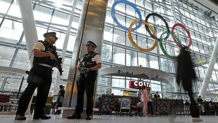Politieagenten in de hal van luchthaven Heathrow Beeld ap