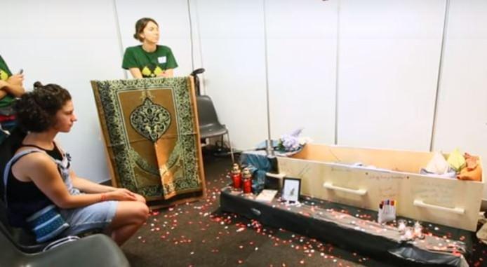 Bezoekers van Lowlands konden in een doodskist gaan liggen om daarna te spreken over de dood met onderzoekers van de Hogeschool Rotterdam en het Erasmus MC.