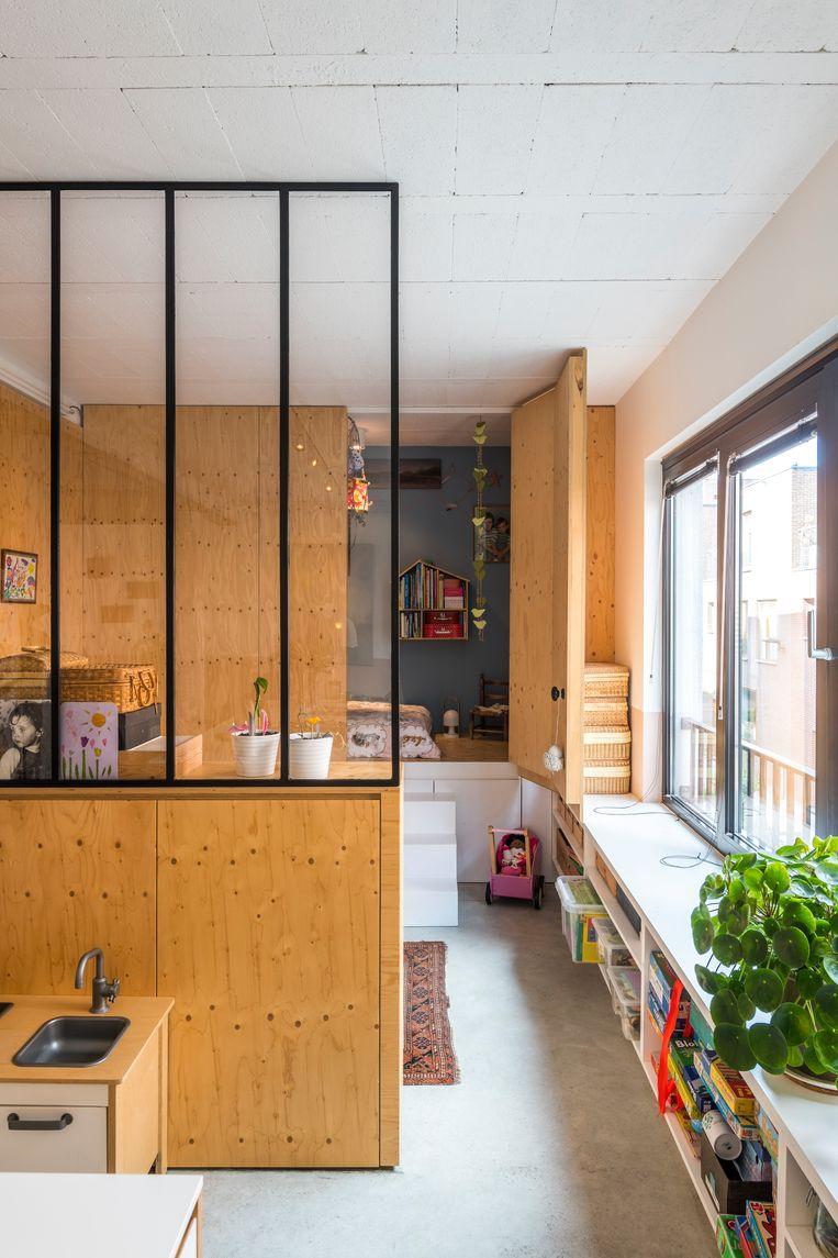 Het interieur is een gezellige mix van huiselijke warmte en industriële toetsen. Heidi koos bewust voor aardse kleuren en organische materialen om de grijze gietvloer en de ruwe plafonds te verzachten.  Beeld Luc Roymans