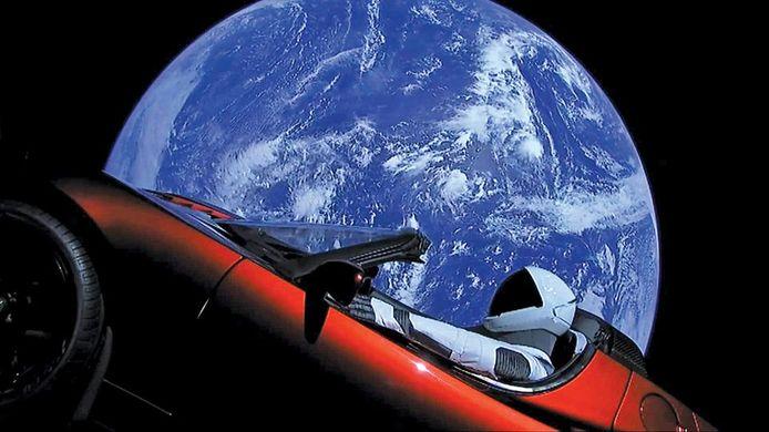 Deze auto werd door Elon Musk de ruimte in geschoten.