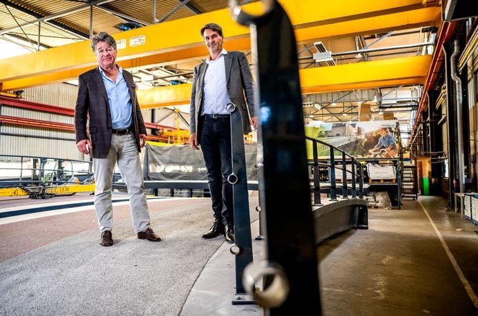 Simon de Jong (links) en Matthijs Raak van FiberCore Europe. In hun loods aan de Nieuwe Maas maken ze jaarlijks zo'n 160 prefab bruggen.