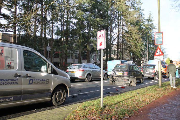Vier auto's botsten op elkaar op de Putterweg bij Ermelo.