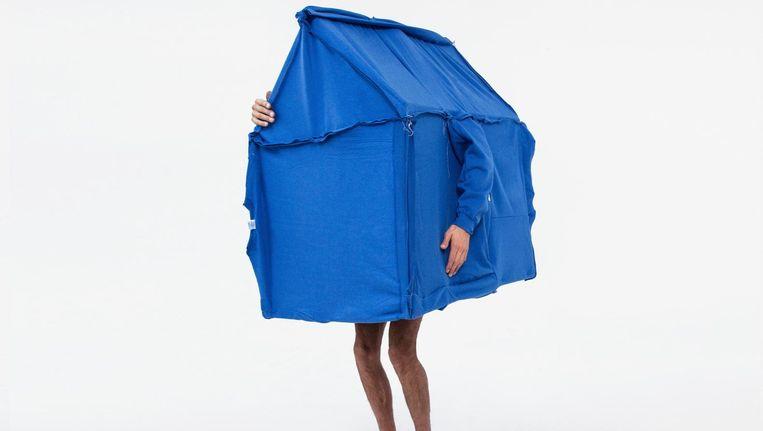 Een tent gemaakt van veertig blauwe truien door studio Dennis Vanderbroeck Beeld