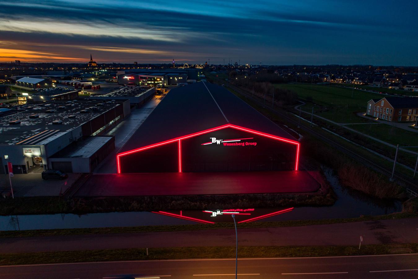 Transportbedrijf Wezenberg heeft zijn bedrijf aan de Spoorstraat/Oosterlandenweg in het licht gezet. Rood licht. En de buren zijn daar niet zo blij mee.