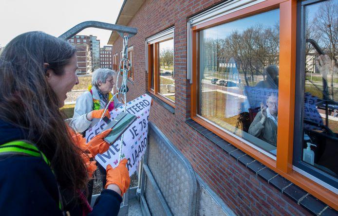 Hier feliciteren moeder en dochter van Bochove vader Wim van Bochove met zijn 78-jarige verjaardag.