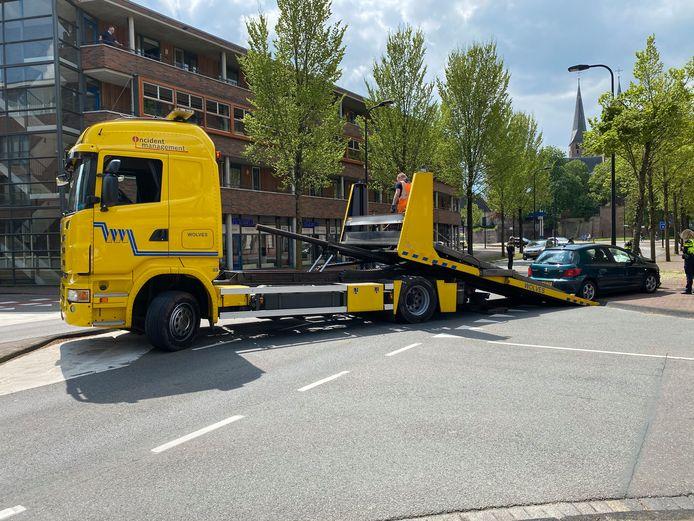 Bij een botsing met een boom in Deventer raakten twee inzittenden gewond. De flink beschadigde auto moest worden weggesleept.
