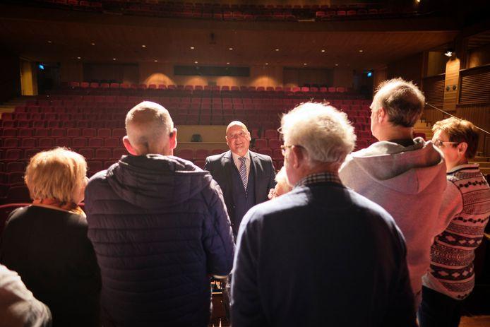 Rob Roos (midden) vóór de coronacrisis in gesprek met de vrienden van het theater.