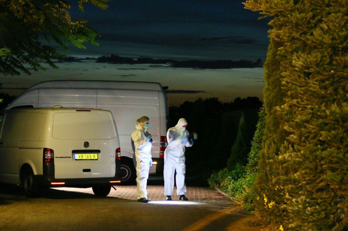 De politie doet onderzoek op de parkeerplaats in Berghem waar een 28-jarige vrouw uit Oss werd beschoten. Het eigenlijke doelwit was de Osse rijschoolhoudster, denkt de politie.