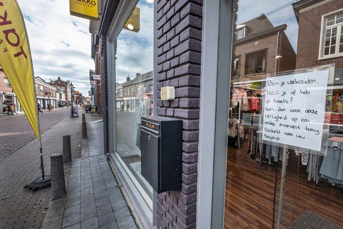 Deze winkel in de Zandstraat in Gennep waarschuwt verkouden mensen om niet naar binnen te komen.