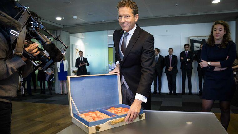 Minister Dijsselbloem van Financiën met zijn beroemde koffertje. Beeld ANP